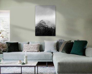 Schwarz-Weiß-Foto von Nebel in den verschneiten schottischen Bergen von Guido Boogert
