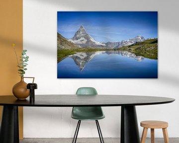Reflectie van de Matterhorn in Zwitserland van Gerard Van Delft