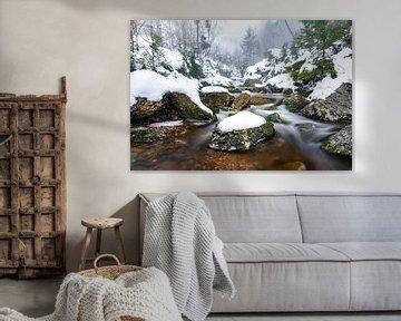 Rocks, snow and flowing water van Etienne Hessels