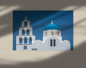 Blauwe koepelkerk in Santorini Griekenland van Edwin Mooijaart