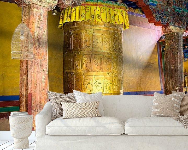 Sfeerimpressie behang: Gebedsmolen in klooster, Tibet van Rietje Bulthuis