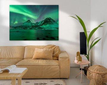 De belles aurores boréales au-dessus des montagnes autour de Tromsø, en Norvège. sur Jos Pannekoek
