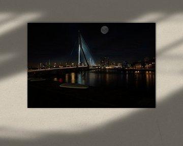 Erasmusbrücke in der Nacht mit dem Vollmond darüber. von Brian Morgan
