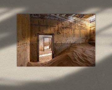Verlaten huis in Kolmanskop. van OCEANVOLTA