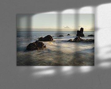 Wild coast with mountain silhouette in the evening light van Ralf Lehmann