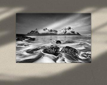 Mountain range in front of wild surf - black and white van Ralf Lehmann