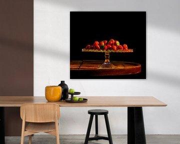 Aardbeien op glazen schaal en oude tafel zwarte achtergrond von ellenilli .