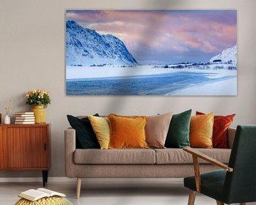 Zwanen in een schemerlandschap op Lofoten van Nando Harmsen