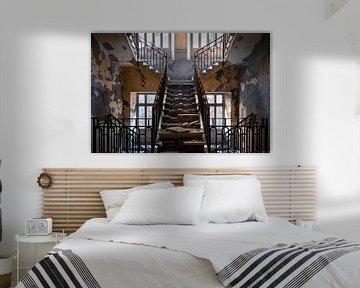 Verlassenes Treppenhaus im Verfall. von Roman Robroek