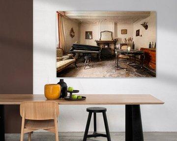 Klavier im verlassenen Haus. von Roman Robroek