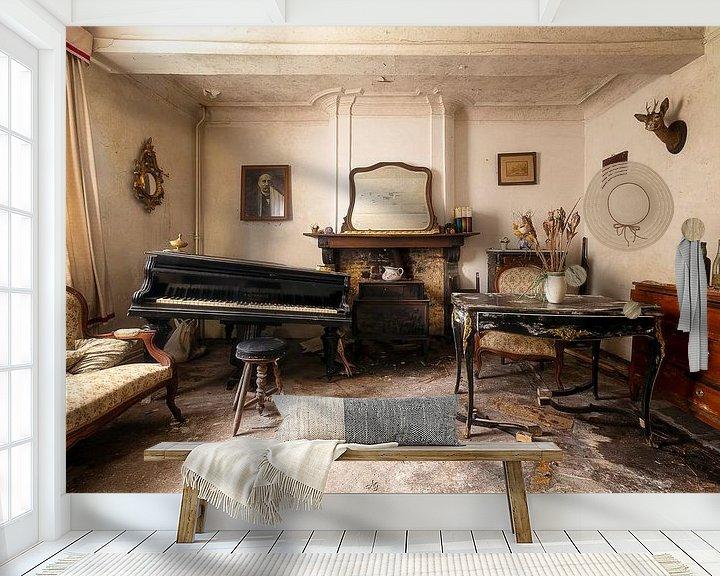 Sfeerimpressie behang: Piano in een Verlaten Huis. van Roman Robroek