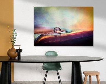 Macro van een druppel met gekleurde achtergrond