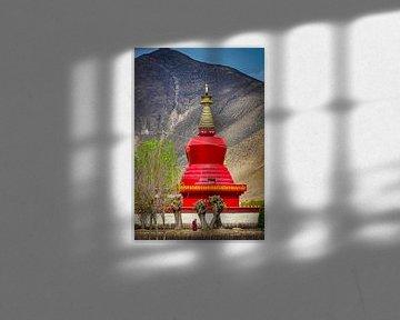Monnik wandelt in de tuin voor de stoepa, Tibet van Rietje Bulthuis