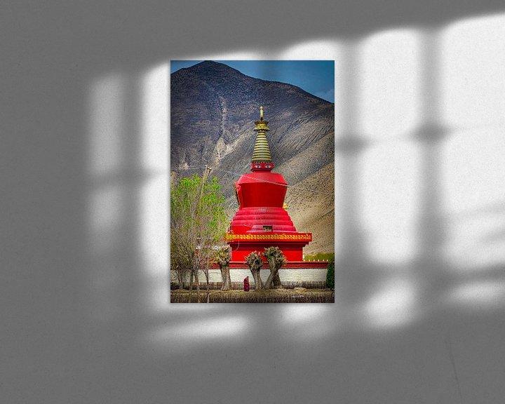 Sfeerimpressie: Monnik wandelt in de tuin voor de stoepa, Tibet van Rietje Bulthuis