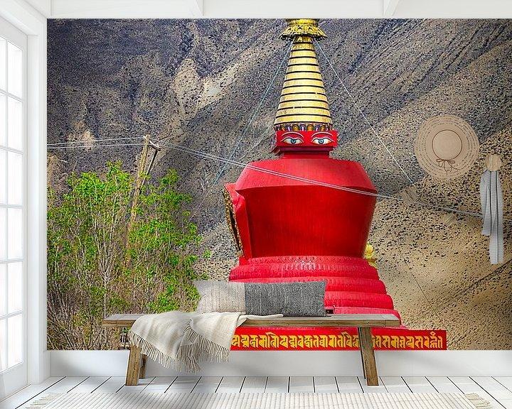Sfeerimpressie behang: Monnik wandelt in de tuin voor de stoepa, Tibet van Rietje Bulthuis