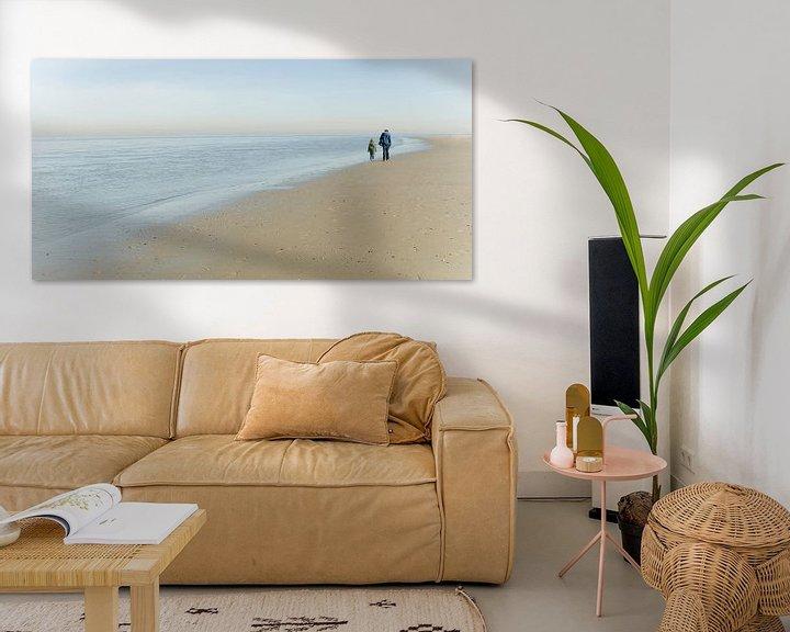 Sfeerimpressie: Vader en zoon lopen langs het strand van Texel van Margo Schoote