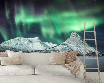 """""""Dark Star"""" - Figuur in een episch Arctisch landschap onder het noorderlicht. van Daniel Laan"""