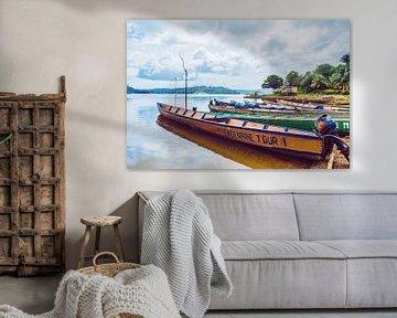 Bootjes langs het Brokopondo meer in Suriname van Bert Broer