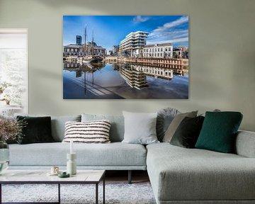 Skyline Leeuwarden met spiegelende stadsgracht von Harrie Muis