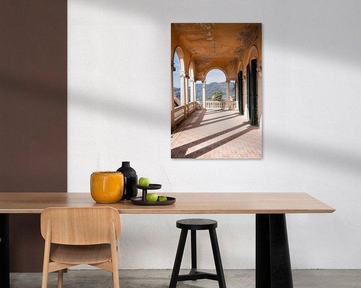 Sfeerimpressie: Verlaten villa met Prachtig Uitzicht. van Roman Robroek