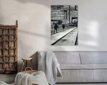 Straatfotografie in Utrecht. Op weg naar de trein in zwart-wit. (Utrecht2019@40mm nr 71) von De Utrechtse Grachten