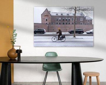 Schloss Woerden mit Radfahrer im Vordergrund im Schnee.