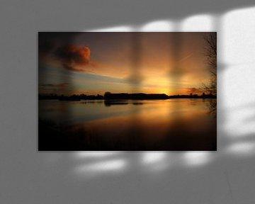 Zonsopkomst met oranje wolken die reflecteren op het water van de Hollandsche IJssel bij Moordrecht