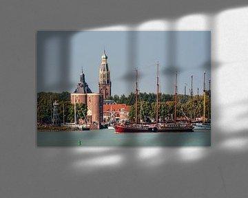 Zicht op de haven van Enkhuizen met driemaster en Dromedaris von Harrie Muis