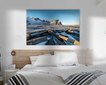 wrakhout wijst naar de hoogste toppen van de Vestrahorn in IJsland van Gerry van Roosmalen