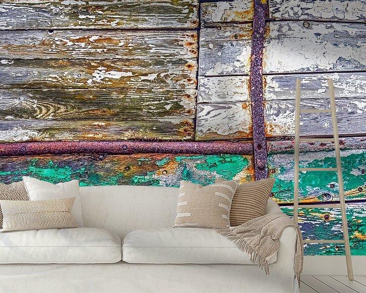 Sfeerimpressie behang: Houten scheepsromp met roest en afbladderende verf van Frans Blok