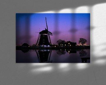 Hollandse windmolen bij een rivier tijdens het blauwe uur van Menno van der Haven