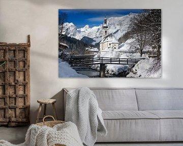 Ramsau kerk in de Alpen in de sneeuw in de winter van iPics Photography