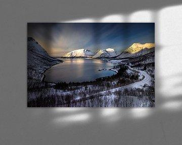 Bergsfjorden and Bergsbotn village among snowy mountains, Senja, Norway van Wojciech Kruczynski