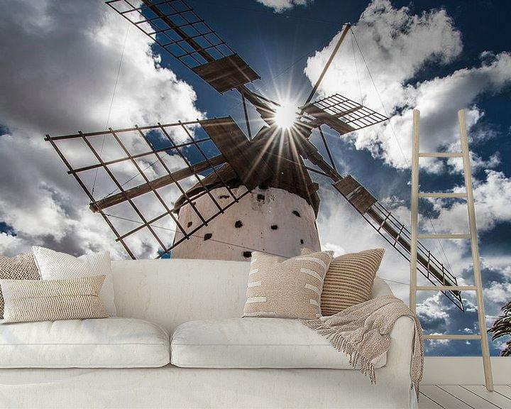 Sfeerimpressie behang: Spaanse windmolen in tegenlicht op het Canarische eiland Fuerteventura van Harrie Muis