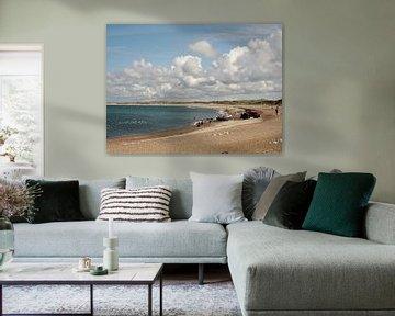 Strand, wolken, water en meeuwen. van Anne de Brouwer