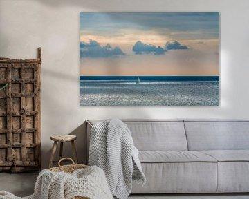 Zeilbootje op de oceaan in het vroege morgenlicht van Harrie Muis