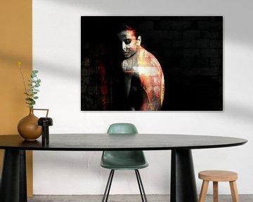Portrait de femme seins nus dans le noir / nu / dos / grunge / abstrait / mur / brique / orange / ja sur Art By Dominic