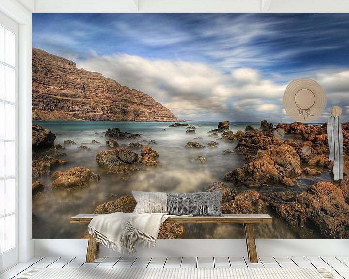 Sfeerimpressie behang: kust van lanzarote van Maurice Hoogeboom