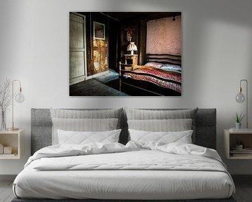 Slaapkamer verlaten huisje (urbex) van Helga fotosvanhelga