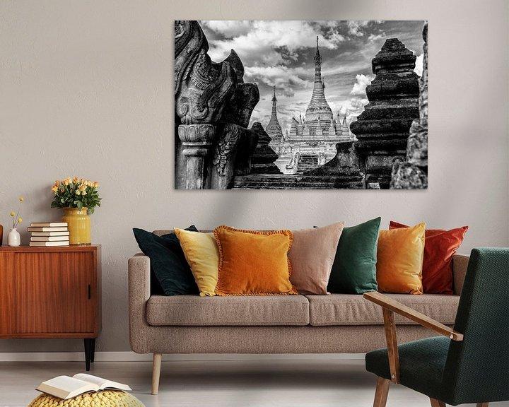 Sfeerimpressie: Tempel Doorkijk in Myanmar van Koen Boelrijk Photography
