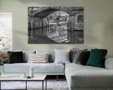 De Utrechtse bezembrug in zwart wit gespiegeld van Harrie Muis