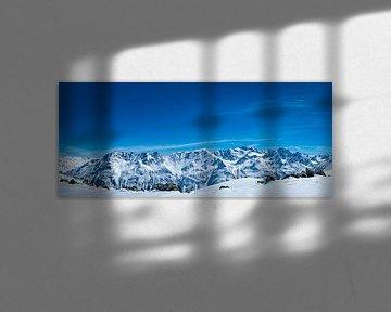 Uitzicht over de Tiroler-Alpen in Oostenrijk tijdens een mooie winterdag van Sjoerd van der Wal