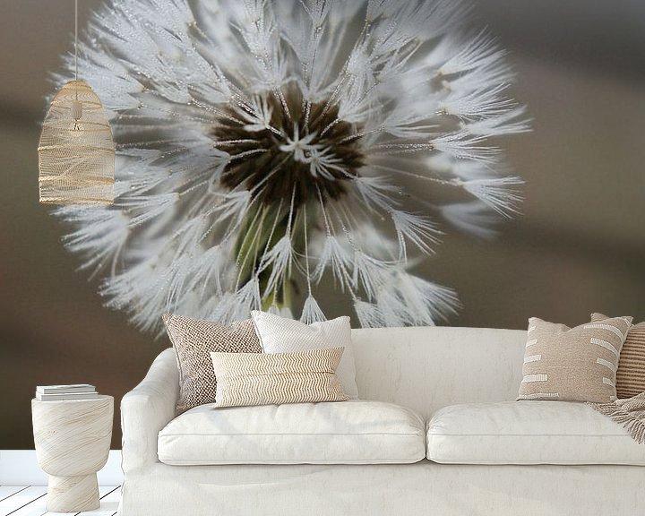 Sfeerimpressie behang: Paardebloem pluis, Dandelion (gezien bij vtwonen) van Marion Moerland