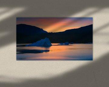 Zonsopkomst in de Rødefjord, Scoresby Sund, Groenland van Henk Meijer Photography