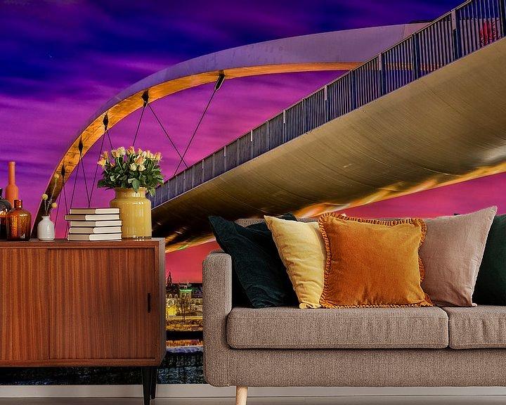 Sfeerimpressie behang: De hoge brug in Maastricht by night van Photography by Karim