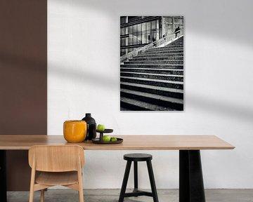 Straatfotografie Utrecht. UP. De trappen van het centraal station Jaarbeurszijde te Utrecht in zwart