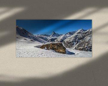 Een grote rots met op de achtergrond het Matterdal en de Matterhorn, in Wallis, Zwitserland van Arthur Puls Photography
