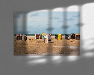 Strandkörbe am Strand von Nebel von Alexander Wolff