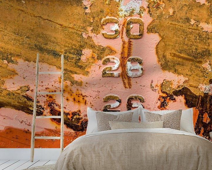 Sfeerimpressie behang: Kleurige stalen scheepsromp met diepgangsmerk van Frans Blok