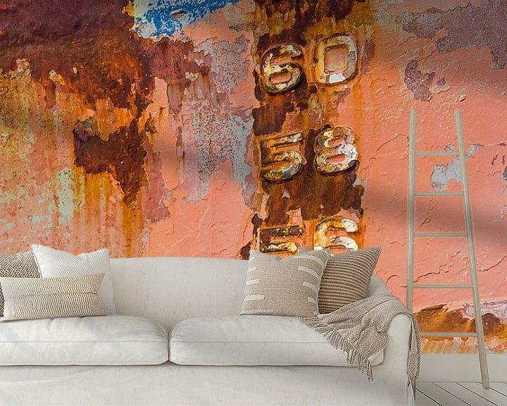 Sfeerimpressie behang: Getallen op een kleurrijke scheepsromp van Frans Blok